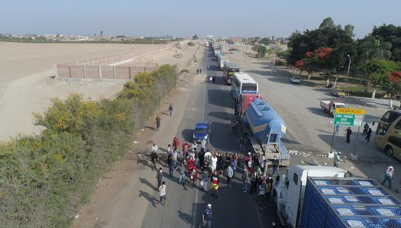 Los bloqueos se realizan en varios tramos ubicados entre los kilómetros 273 y 316 de la carretera Panamericana Sur, en la región Ica.