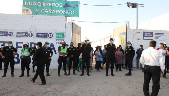 En los exteriores del mercado Tierra Prometida se ubicaron agentes de la Policía para intervenir ante cualquier incidente. (Foto: Municipalidad de Santa Anita)