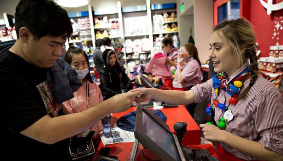 Foto 1   Los consumidores estadounidenses estaban muy activos desde el amanecer del viernes, en busca de diversión y gangas para el Black Friday, uno de los días de mayor actividad comercial del año. En tanto, los vendedores buscaban atraer clientes a sus tiendas y sitios web después de un año arduo.