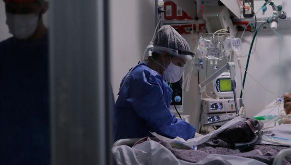 Lo que más preocupa de la variante delta, identificada por primera vez en la India, no es que enferme más a la gente, sino que se propaga mucho más fácilmente de persona a persona, aumentando las infecciones y hospitalizaciones entre los no vacunados. (Foto: EFE)