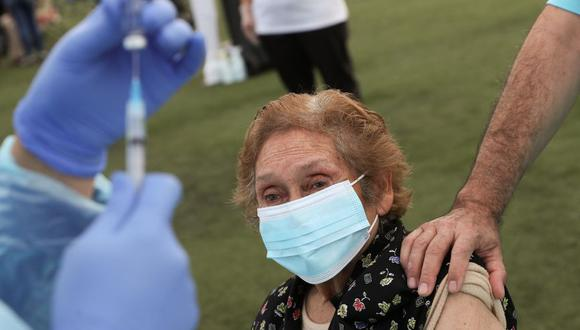 A healthcare worker prepares to administer a dose of the Sinovac's CoronaVac coronavirus disease (COVID-19) vaccine to an elderly woman, at a vaccination centre in Santiago, Chile, February 3, 2021. REUTERS/Ivan Alvarado