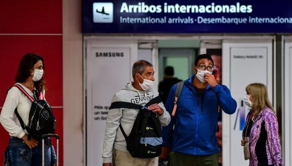 Argentina también solicitó a otros países que envíen sus modelos de credencial para verificar la documentación de los viajeros que deseen ingresar al país. / AFP / Ronaldo SCHEMIDT