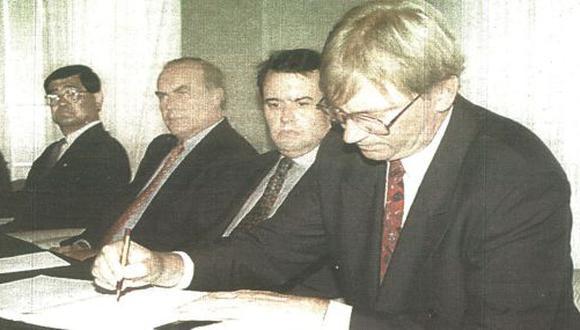 Representantes de Repsol y Ampolex, firmaron con Perupetro un contrato de explotación petrolera del lote A-29.