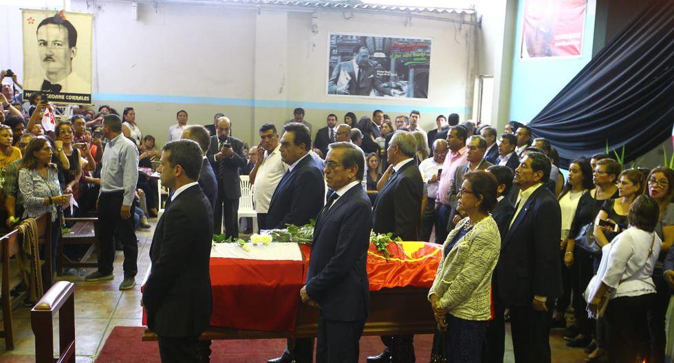 Jorge Muñoz, Carlos Scull, congresistas y dirigentes apristas expresando sus respetos ante los restos mortales de Alan García. (Foto: Miguel Bellido / GEC)