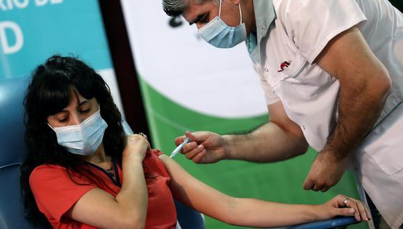Estefania Zeurnja, de 29 años, recibe una inyección con la vacuna Sputnik V contra el coronavirus (COVID-19) en el hospital Dr. Pedro Fiorito de Avellaneda, en las afueras de Buenos Aires, Argentina, el 29 de diciembre 2020. (REUTERS/Agustín Marcarian).