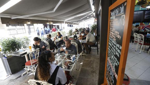 En restaurantes cuya área de atención al cliente sea menor a 200 m2, se mantendrá la restricción del 60% de aforo. (Foto: Jorge Cerdan /@photo.gec)
