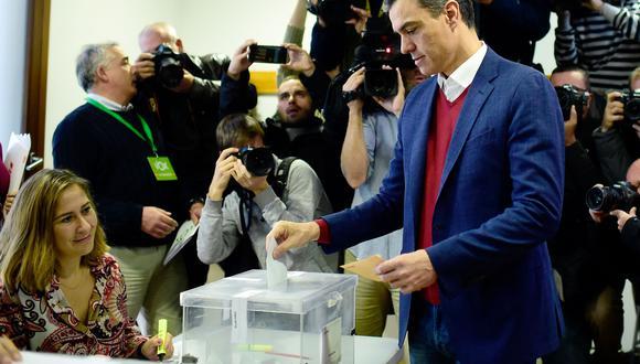 El primer ministro de España y candidato a la reelección del Partido Socialista (PSOE), Pedro Sánchez, emitió su voto en un colegio electoral en Pozuelo de Alarcón. (Foto: AFP)