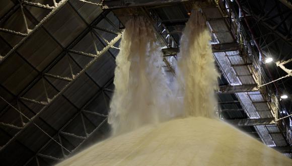 El Gobierno está ofreciendo apoyo financiero a los ingenios azucareros para que establezcan o amplíen destilerías. Algunas empresas como Balrampur Chini Mills Ltd. dejarán de producir azúcar en algunos ingenios y comenzarán a procesar jugo de caña para producir etanol. (Foto: Difusión)