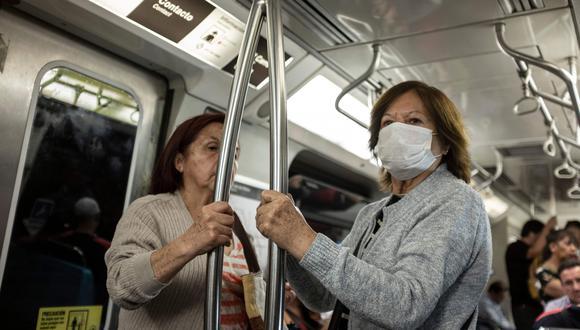 Una mujer, en el metro de Santiago (Chile), lleva una mascarilla como medida de precaución ante el aumento de contagios de coronavirus. Foto: AFP