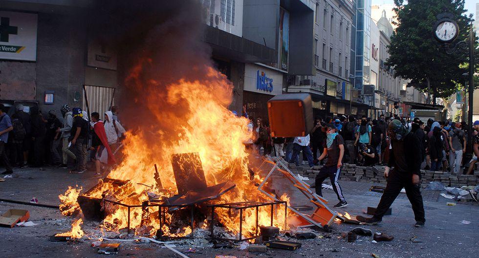 Manifestantes queman una barricada durante una protesta contra el gobierno de Chile en el centro de la ciudad de Concepción. (Foto: Reuters)