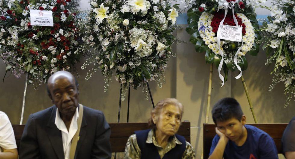 Otros arreglos florales enviados por diversas instituciones, las cuales fueron colocadas alrededor del salón donde fue velado Alan García.(Foto: César Campos / GEC)