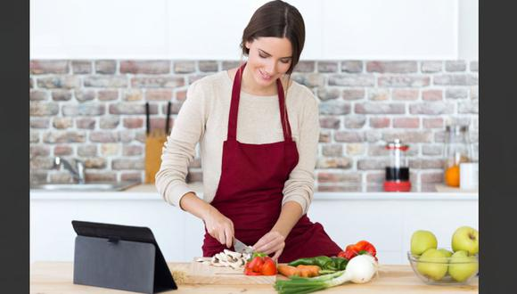 Cocina en casa seguirá como parte de las acciones post pandemia. La búsqueda de recetas en internet continuará (Foto: Freepik)
