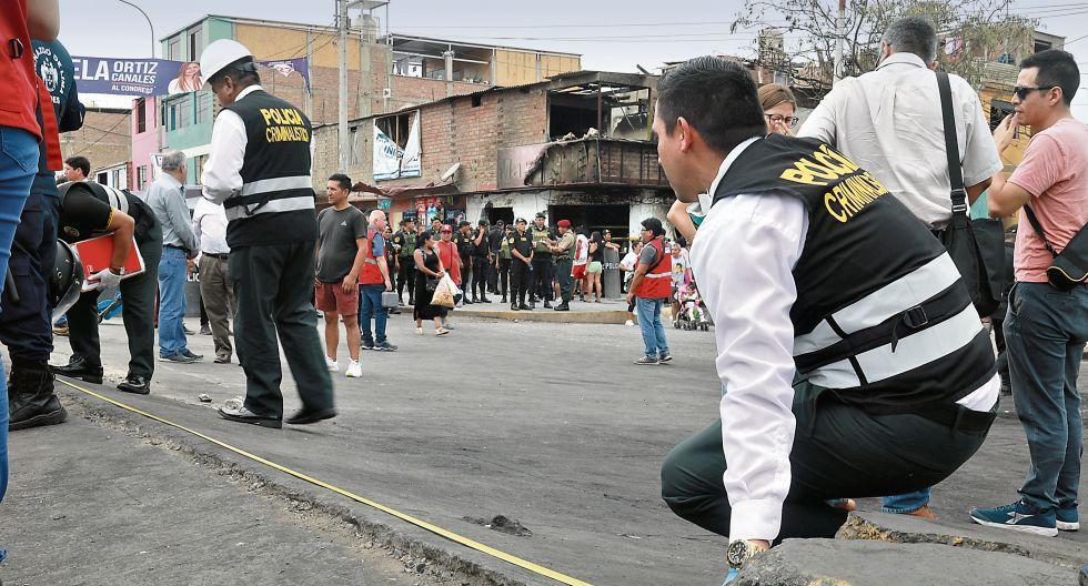 El desnivel del cruce de las avenidas Pastor Sevilla y Villa del Mar ocasionó que camión que transportaba gas sufriera un desperfecto en la parte trasera. (Juan Ponce)