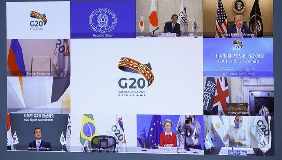 El primer ministro japonés Yoshihide Suga (arriba a la izquierda), el presidente de Estados Unidos, Donald Trump (arriba a la derecha), el presidente de Corea del Sur, Moon Jae-in (abajo a la izquierda), y la presidenta de la Comisión Europea, Ursula von der Leyen (abajo centro), se ven en una pantalla antes de la inicio de una cumbre virtual del G20 organizada por Arabia Saudita y celebrada en videoconferencia en medio de la pandemia del coronavirus. (Foto de YVES HERMAN / POOL / AFP).