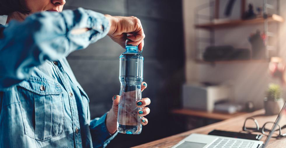 """Ly Company Water Group: Agua de calidad 'premium' envasada en cartón. El objetivo de este empresa """"es minimizar el impacto climático en los productos de consumo masivo. Partiendo del problema medioambiental que ha surgido en las últimas décadas por la excesiva producción de plástico y la poca capacidad de gestión de residuos en el mundo. (Foto: iStock)"""