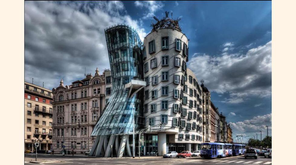 FOTO 1   La casa danzante – Praga, construído entre 1992 y 1996 este edificio es uno de los símbolos de la Praga más moderna y fue diseñado por uno de los arquitectos más importantes de la actualidad Frank Gehry.