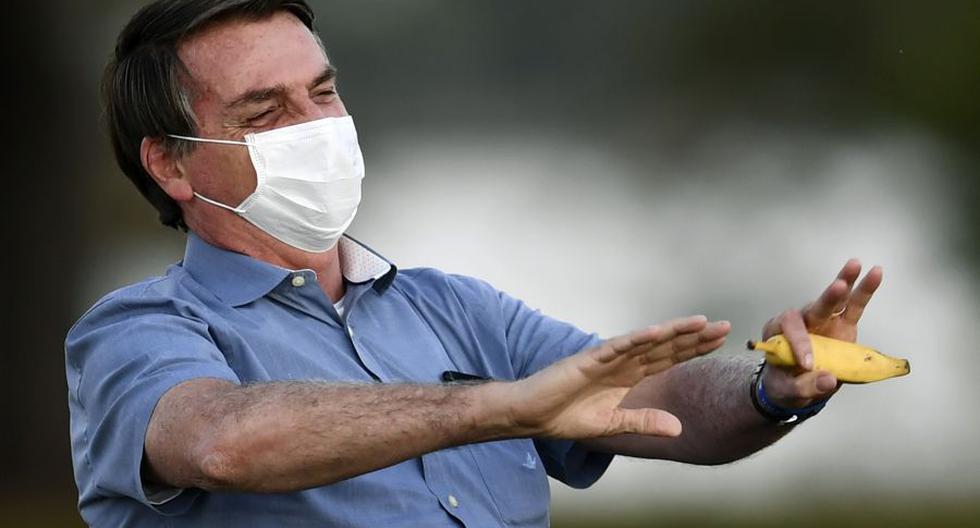 Jair Bolsonaro sostiene un plátano mientras habla con sus partidarios en el jardín del Palacio Alvorada en Brasilia, el 24 de julio de 2020.  (Foto: AFP)