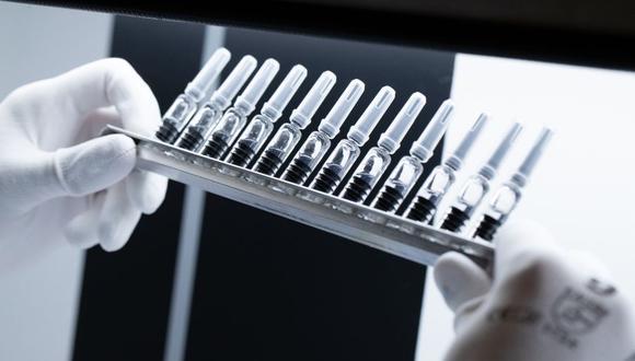 Comisión estará encargada del seguimiento de las acciones orientadas al desarrollo, producción, adquisición, donación y distribución de las vacunas y tratamiento contra el COVID-19. (Foto referencial: JOEL SAGET / AFP).