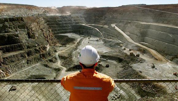Un minero en la mina de oro a cielo abierto más grande de Australia llamada Fimiston Open Pit, también conocida como Super Pit, en la ciudad minera de oro de Kalgoorlie, ubicada a unos 500 km al este de Perth, Australia. 27 de julio de 2001. REUTERS/David Gray
