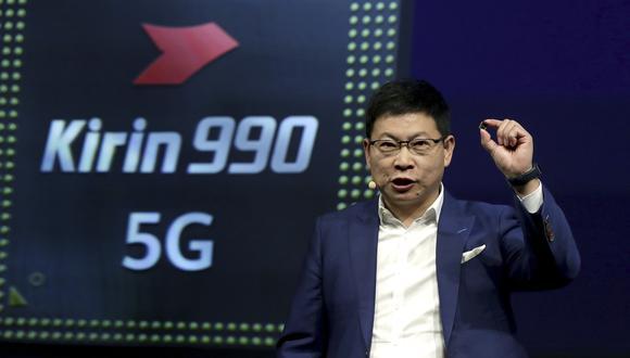 Richard Yu, CEO del grupo de negocios de consumo de Huawei, sostiene un procesador 'Kirin 990 5G' durante una presentación en la feria tecnológica IFA 2019 en Berlín, Alemania. (Foto: AP)