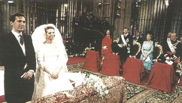 La hija mayor del Rey de España, Infanta Elena de Borbón, sonríe durante la ceremonia de su boda con Jaime de Marichalar, celebrada en la Catedral de Sevilla a la que concurrieron 1,300 invitados. (foto Reuter)