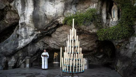 Olivier Ribadeau Dumas dirige una pequeña misa en la gruta vacía de Massabielle en el Santuario de Nuestra Señora de Lourdes en Lourdes, Francia, el 9 de abril de 2020 AFP/Archivos