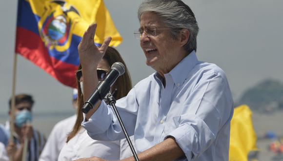 El candidato presidencial ecuatoriano Guillermo Lasso celebra su victoria tras conocer los resultados de la segunda vuelta electoral. (Foto: RODRIGO BUENDIA / AFP).