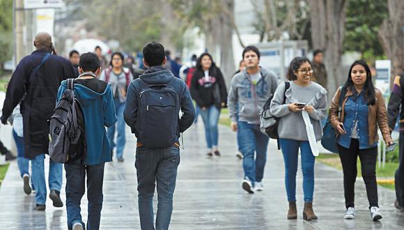 Universitarios. Uno de los objetivos de las cajas es que los menores que ingresan a la universidad sean titulares de cuentas de ahorros. (Foto: GEC)