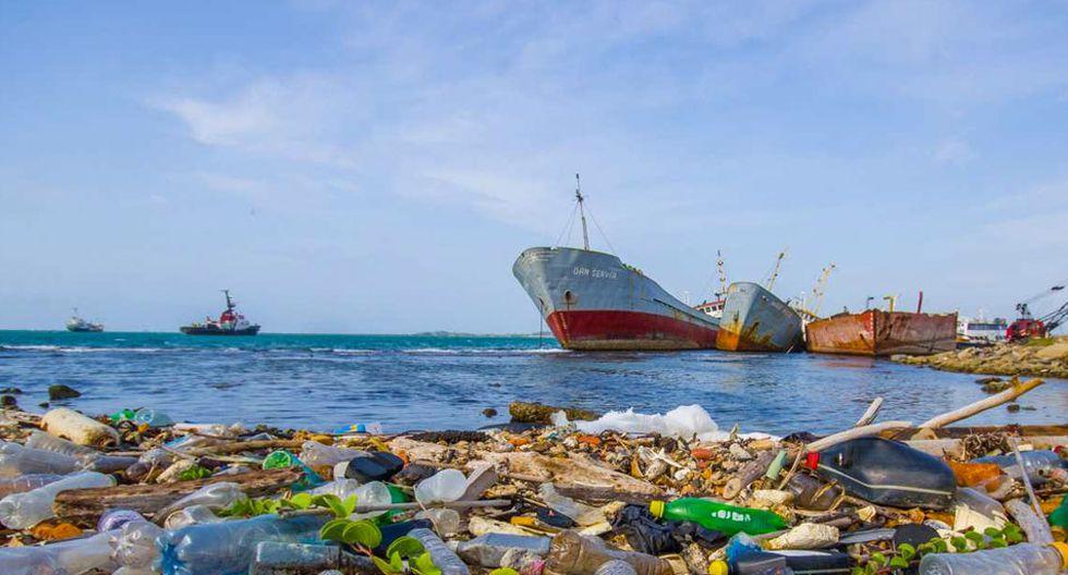 FOTO 6 | 6. Creamos residuos donde peor son gestionados. Que vivimos rodeados de plásticos que se producen de manera descontrolada no es ningún secreto, y que cantidades descomunales de estos residuos terminan en el mar tampoco lo es. Como viajeros tenemos la responsabilidad de generar la menor cantidad de residuos posible, pero muchas veces no es fácil. Vasos, cubiertos y platos de plástico, pajitas, botellas, bolsas, latas… Hemos de tener en cuenta además que en muchos países en vías de desarrollo la gestión de los residuos es aún muy deficiente, por lo que efectivamente todos esos desperdicios que se producen a nuestro paso tienen altas posibilidades de terminar en el mar. Cuantos menos residuos generemos… mejor para el medio ambiente. (Foto: explora.cl)