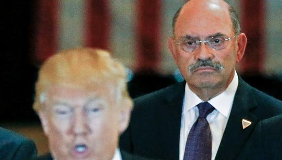 El director financiero de la Organización Trump, Allen Weisselberg, es visto detrás del expresidente estadounidense Donald Trump. (REUTERS/Carlo Allegri).