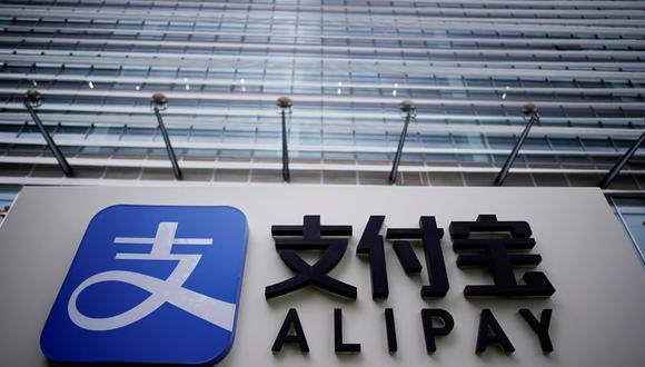 Alipay, perteneciente al grupo Ant del gigante del comercio online chino Alibaba, puede verse en un edificio en Shanghái.  La firma representa un sector de la economía china que está creando multillonarios a un ritmo récord, gracias al alza de los mercados accionarios y a espectaculares salidas a bolsa.  Septiembre, 2020. (Foto: REUTERS/Aly Song)
