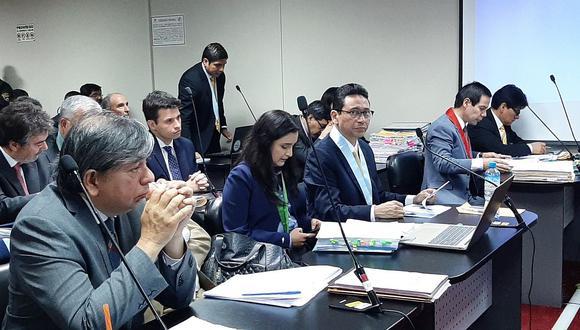 Daniel Linares Prado (lado izquierdo de la fotografía) reclamó que se le privó de su libertad por una deducción. (Foto: Difusión)