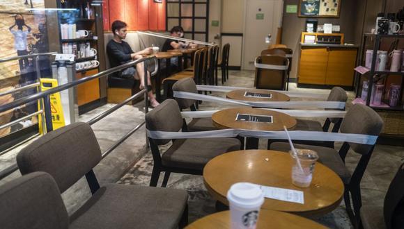 En Estados Unidos, su mercado interno crítico, las ventas comparables de Starbucks cayeron 63% en abril y 43% en mayo, aunque las cosas han mejorado con cada semana que pasa. (Bloomberg)