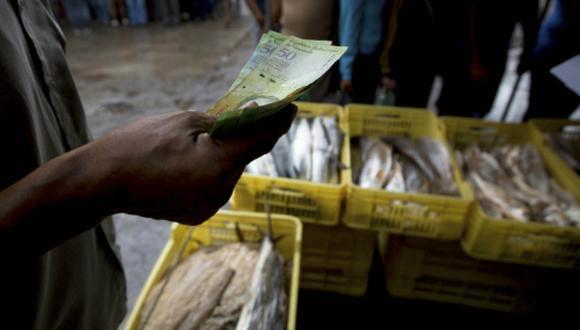 El Bolívar ya le cedió el lugar al dólar o euro como divisa preferida en Venezuela. (Foto: AP)