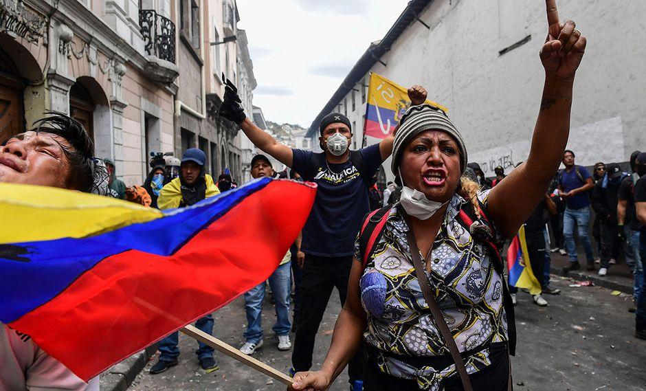 Manifestantes en Quito gritan consignas durante la marcha en contra de la decisión del presidente Lenin Moreno de recortar los subsidios al combustible. (Foto: AFP)