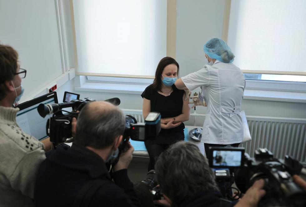 Moscú comenzó el sábado a vacunar a los trabajadores con alto riesgo de contaminarse del coronavirus, en nuevos centros de vacunación abiertos en toda la ciudad.