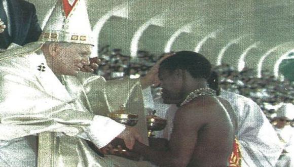 El Papa Juan Pablo II bendice al miembro de una tribu filipina durante un acto público celebrado ayer en Manila.