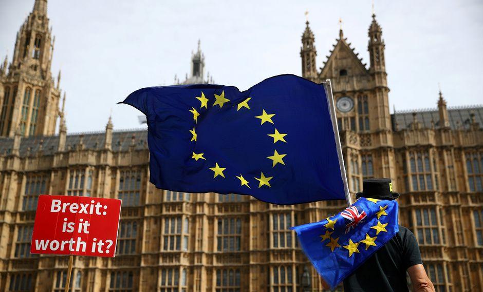 En las afueras del Parlamento británico, un ciudadano protesta contra el Brexit. (Foto: Reuters)