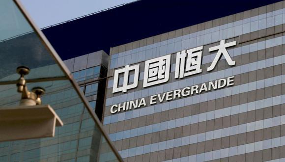 """El presidente del grupo, Xu Jiayin, reunió el miércoles por la noche a más de 4,000 responsables de la empresa para pedirles que """"dediquen toda su energía a la reanudación del trabajo y de la producción y a la entrega de bienes inmobiliarios"""", indicó el diario bursátil China Securities Journal. (Foto: REUTERS/Bobby Yip)"""