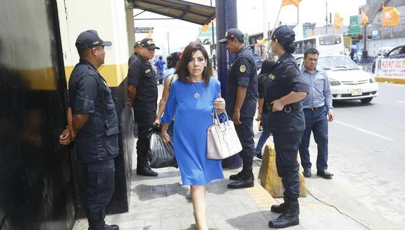 Alejandra Aramayo llegó al centro penitenciario en horas de la mañana. (Foto: Francis Neyra | GEC)