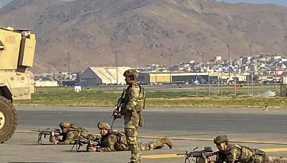 Soldados estadounidenses toman sus posiciones mientras aseguran el aeropuerto de Kabul el 16 de agosto de 2021. (SHAKIB RAHMANI / AFP).