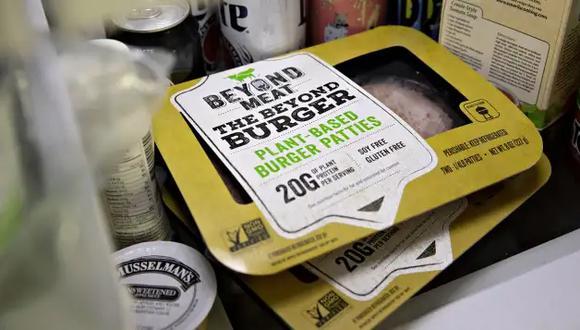 Durante años, Beyond Meat ha estado experimentando con pollo de imitación, incluida la venta de un producto de tiras de pollo congelado que descontinuó a principios del 2019. Recientemente, la compañía realizó pruebas de su pollo de origen vegetal con KFC. (Foto: DANIEL ACKER/BLOOMBERG)