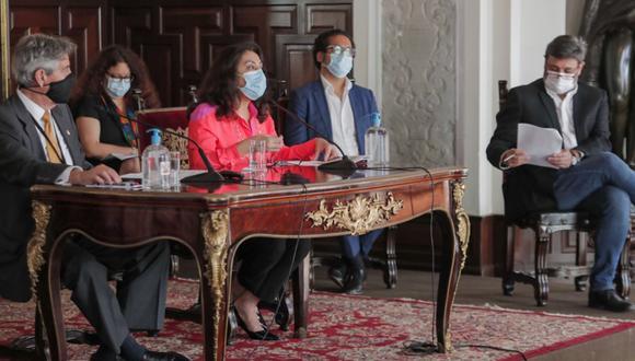 El expresidente Francisco Sagasti y la extitular de la PCM Violeta Bermúdez suscribieron las resoluciones de renuncia de los ministros. (Foto: Andina)