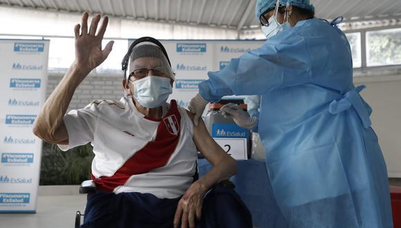 Vacunación los adultos mayores de 80 años se realizará según figure en su fecha y horario de cita en la plataforma Pongo el Hombro. (Foto: GEC)