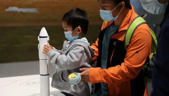 Niño sostiene modelo de cohete en el Museo Chino de la Ciencia y la Tecnología, Pekín. (Foto: Reuters)