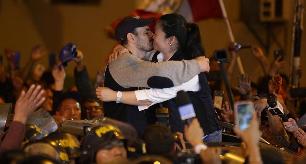 Keiko Fujimori salió en libertad esta noche tras permanecer recluida en el Penal Anexo de Chorillos por casi 13 meses. Fue recibida por su esposo Mark Vito y simpatizantes de Fuerza Popular. (Foto: Hugo Curotto/GEC)