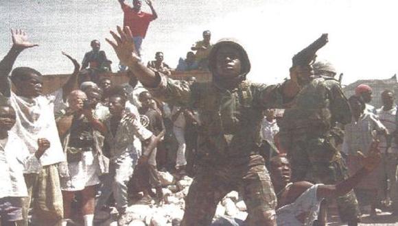Violentos disturbios en Haití provocaron trece muertos. La ONU aprobó ayer el levantamiento del embargo comercial contra la isla caribeña. (Foto Reuter)