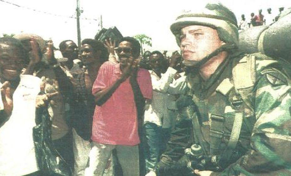 El primer contingente de soldados norteamericanos, destinados a defender la democracia en Haití, fue recibido por cientos de ciudadanos de Puerto Príncipe. (Foto AFP)