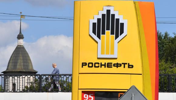 El logotipo de la gigante petrolera estatal rusa Rosneft se ve en una estación de servicio en Moscú. (Foto por Yuri KADOBNOV / AFP).
