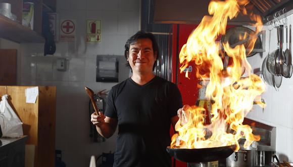 Tomás Matsufuji en la cocina. (Foto:César Campos)